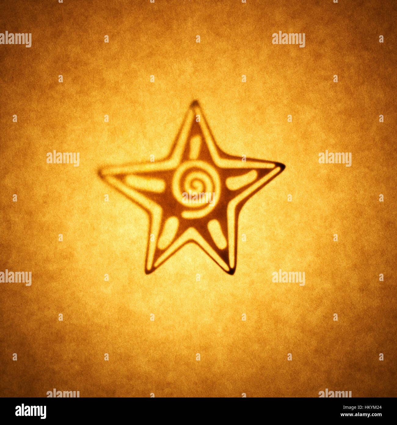 Silhouette en contre-jour de 5 point star shape cut out contre ton brun, papier avec spot mettez en surbrillance. Banque D'Images