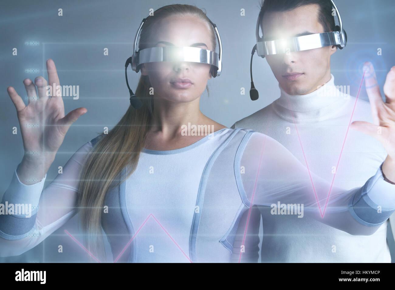 Les gens à lunettes vr touchant un graphique indiquant la croissance sur l'écran virtuel, Banque D'Images