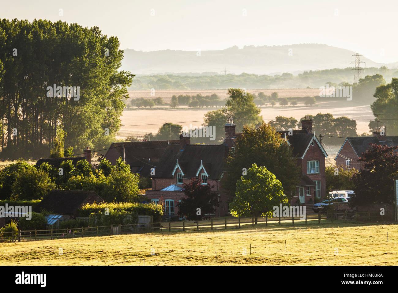 La fin de l'été Anglais typique paysage de collines et de terres agricoles dans le Wiltshire, Royaume Photo Stock