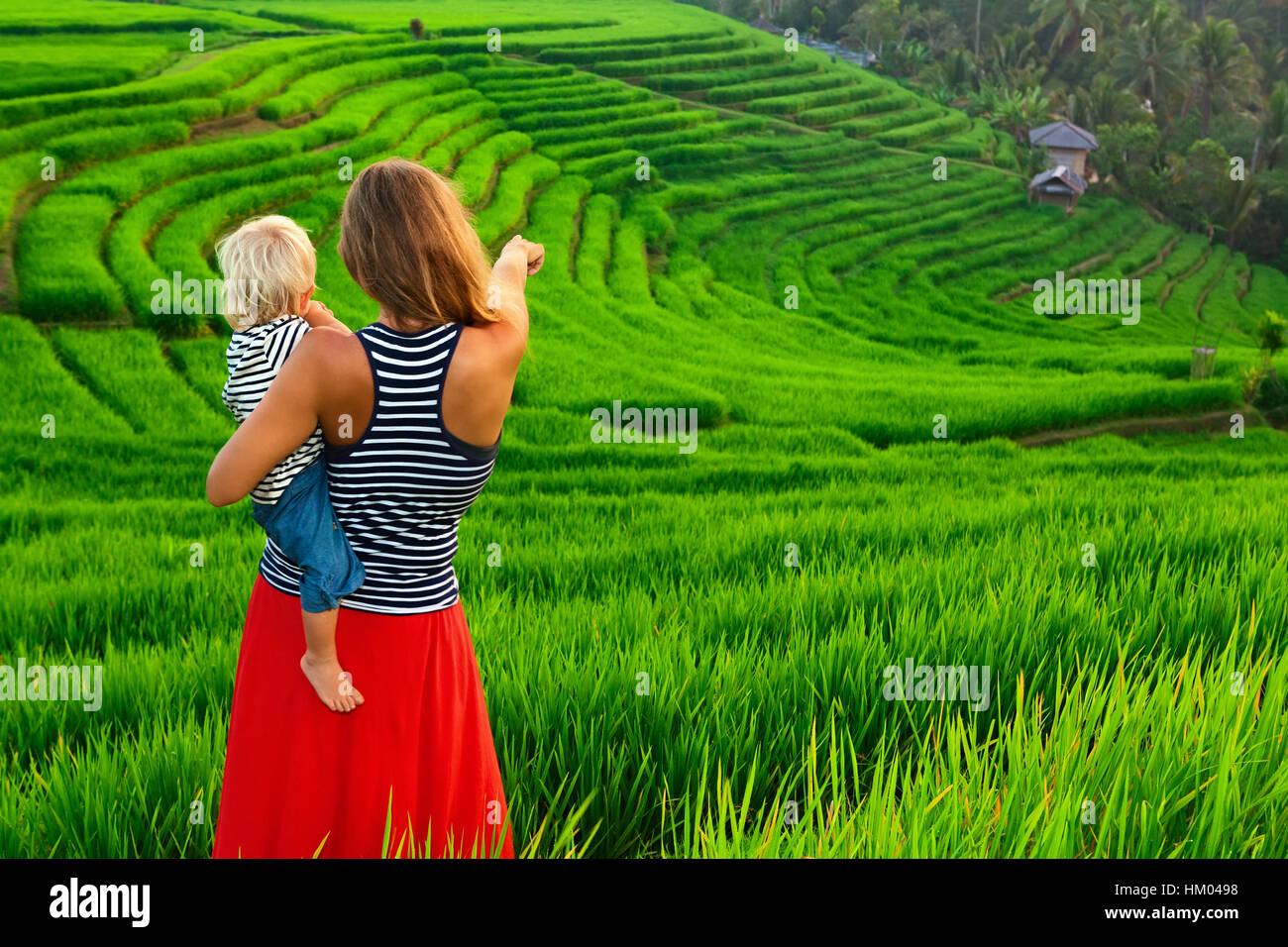 Belle vue sur champs balinais. Promenade dans le riz vert terrasse. Heureux mère heureux petit bébé. Photo Stock