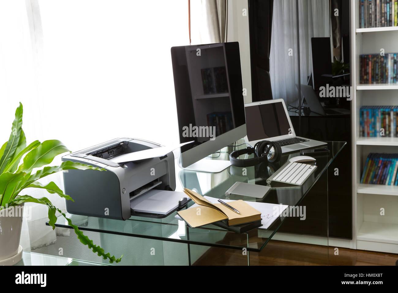 Accueil moderne bureau avec ordinateur et ordinateur portable