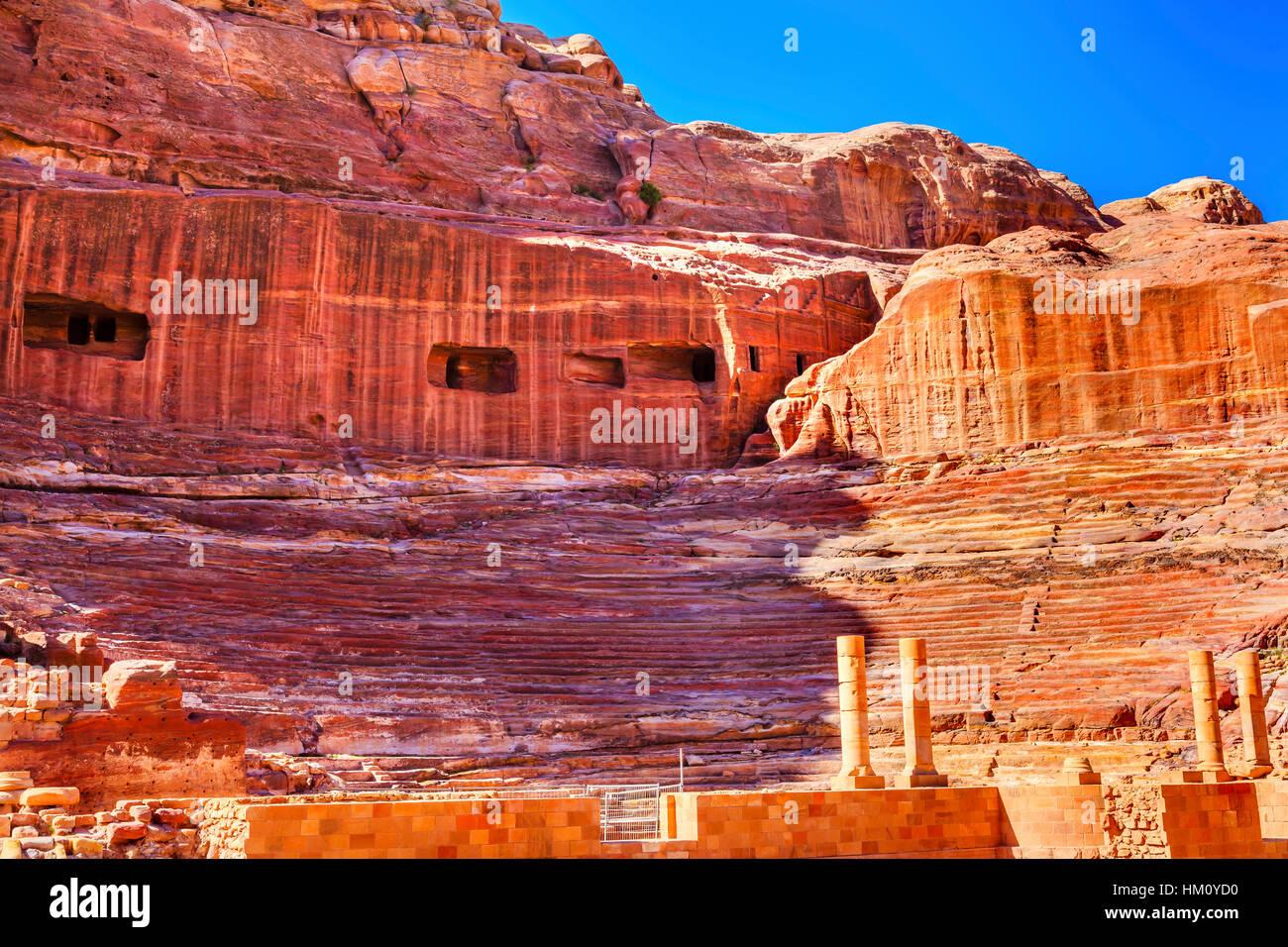 Théâtre Amphithéâtre sculpté rouge Jordanie Petra Siq. Construit dans le théâtre Photo Stock