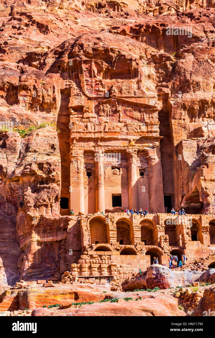Les touristes de passage de tombeau Rock Petra Jordanie. Construit par l'Nabataens en 200 avant JC à 400 Photo Stock