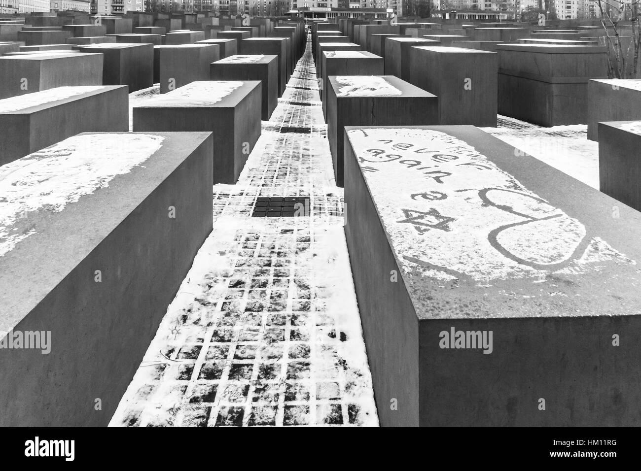 """Les mots """"plus jamais"""" peut être vu écrit dans la neige au Mémorial aux Juifs assassinés Photo Stock"""