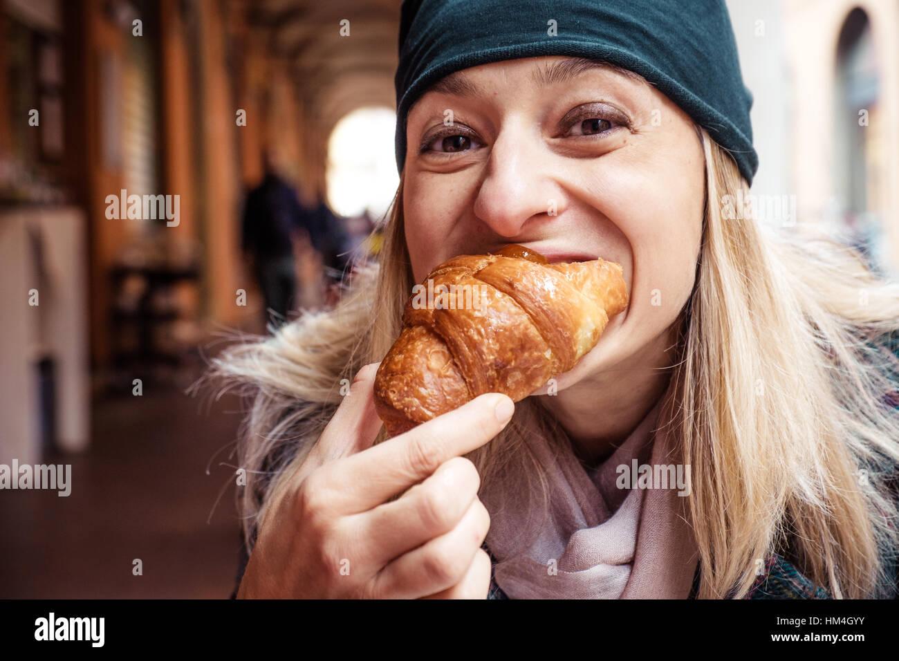 Morsure de femme petit-déjeuner bar extérieur croissant Photo Stock