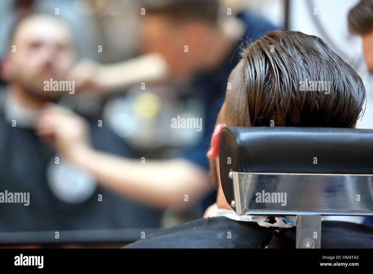Le client à la coiffure coupe de barbe Photo Stock