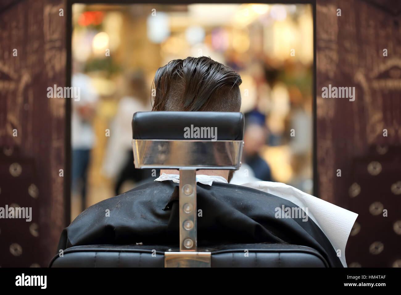 Le client dans le salon de coiffure assis sur une chaise Photo Stock