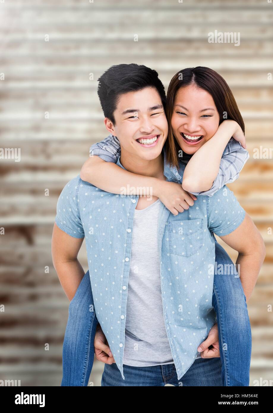 Happy man giving piggy back to woman Banque D'Images