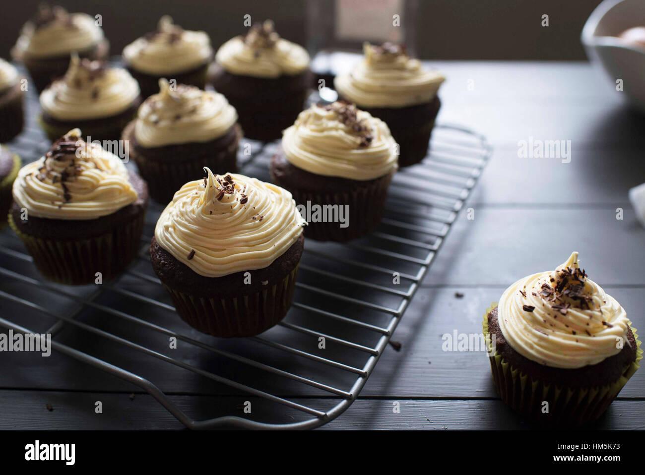 Close-up of cupcakes disposés sur la grille en métal Photo Stock