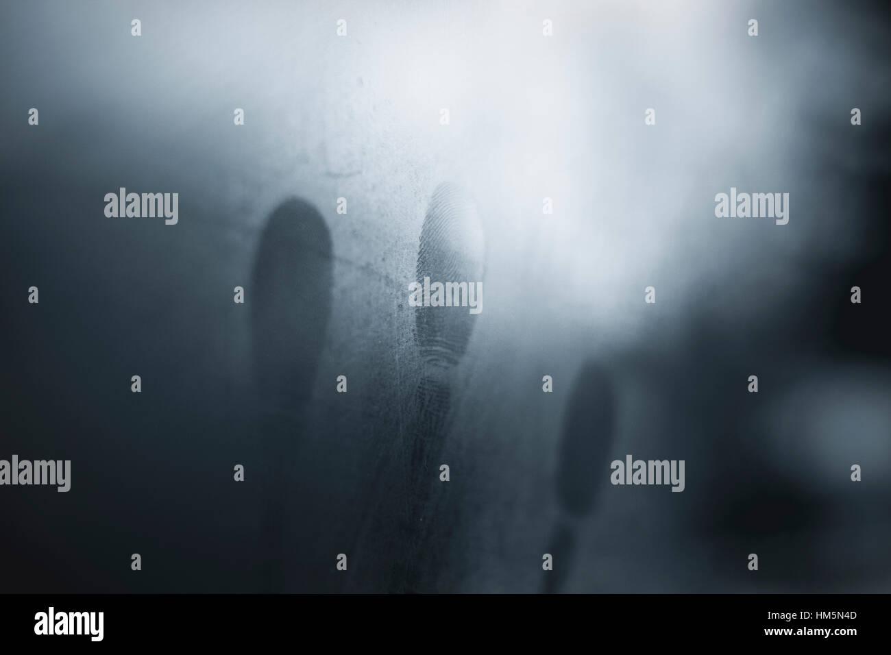 Close-up des empreintes digitales sur la fenêtre de verre condensé Photo Stock
