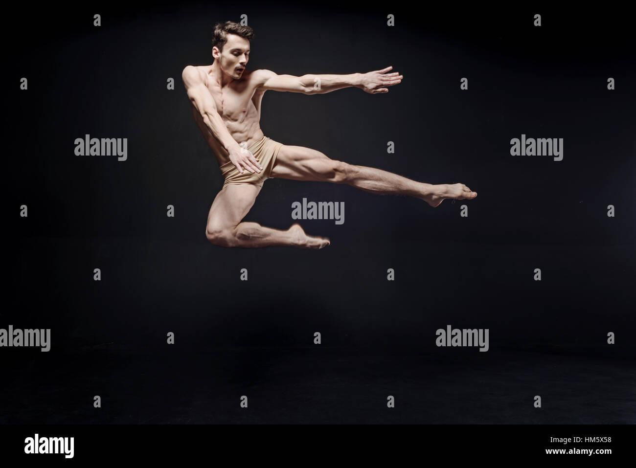 Danseuse de ballet magistral montrant ses capacités dans l'air Photo Stock