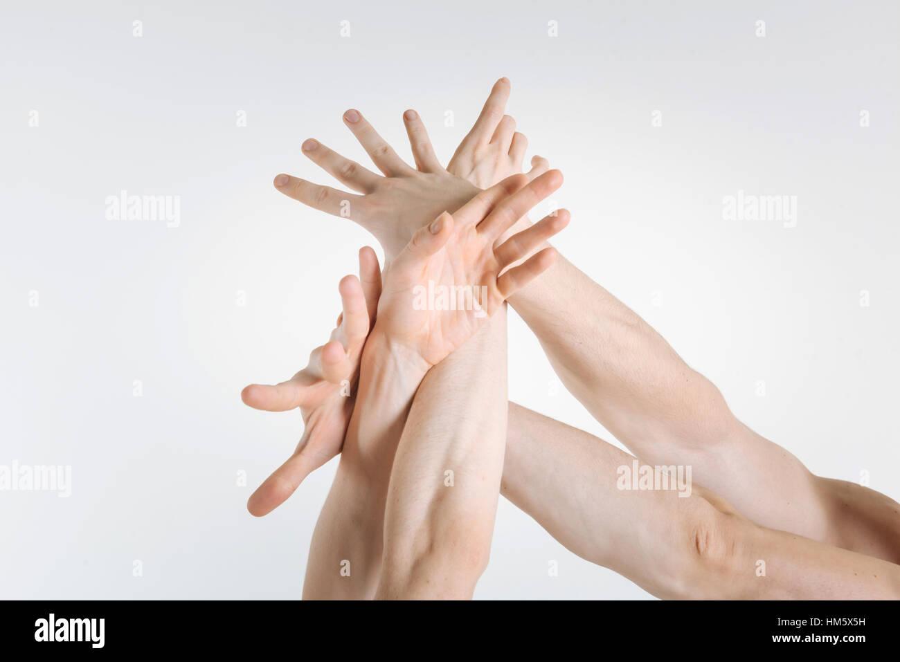 Gymnastes tendres mains exprimant la grâce dans le studio Photo Stock