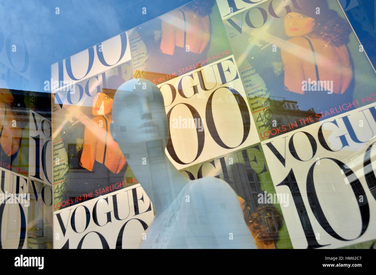 Une vitrine afficher commémorant les 100 ans du magazine Vogue Photo Stock