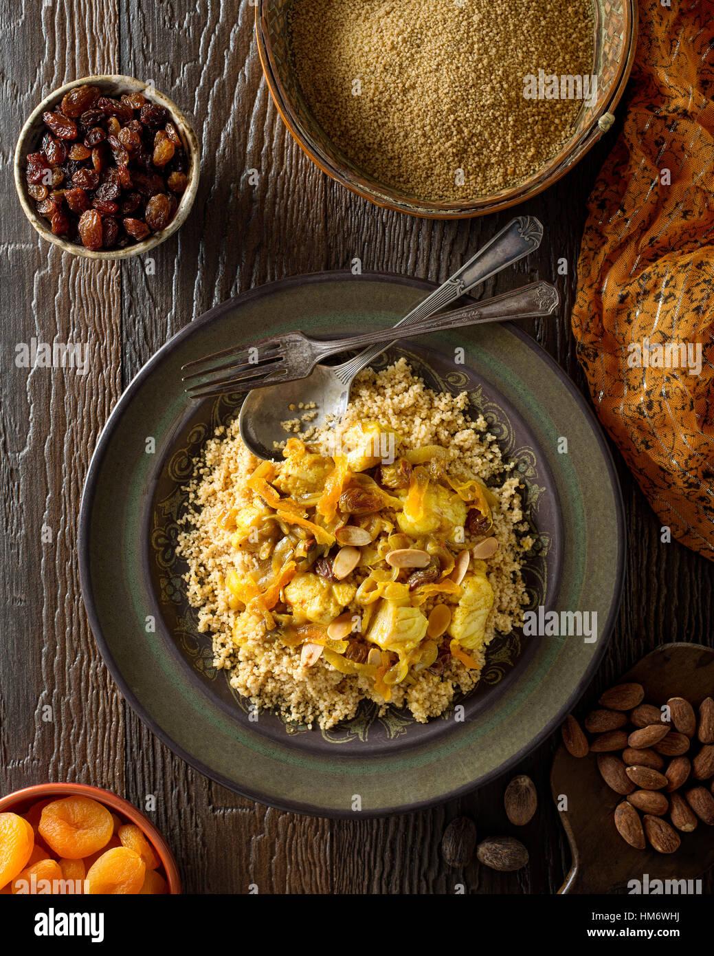 Délicieux couscous tunisien traditionnel fait maison avec des poissons, les raisins secs, les abricots et amandes grillées. Banque D'Images