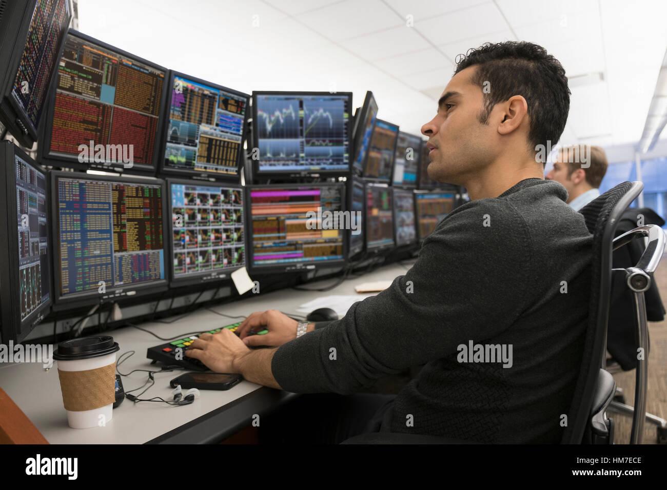 L'analyse des données de l'ordinateur Young Traders Photo Stock