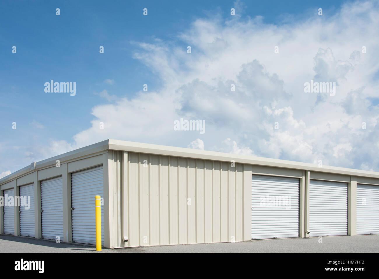 Ciel bleu sur l'entrepôt de distribution Photo Stock
