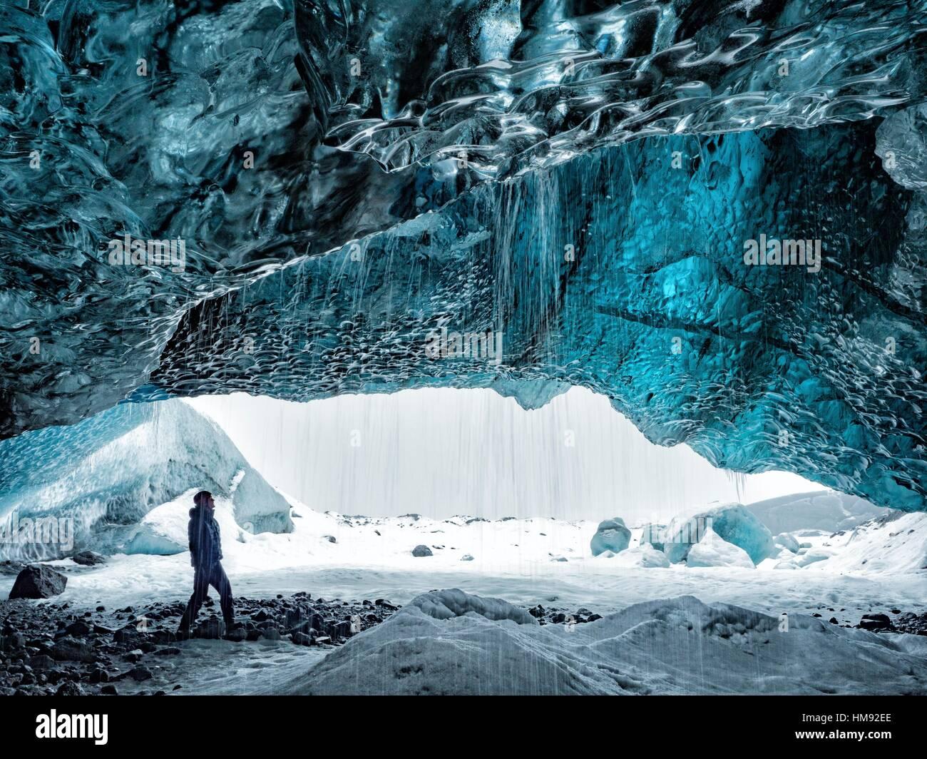 L'exploration de la grotte de glace de l'Islande. Photo Stock