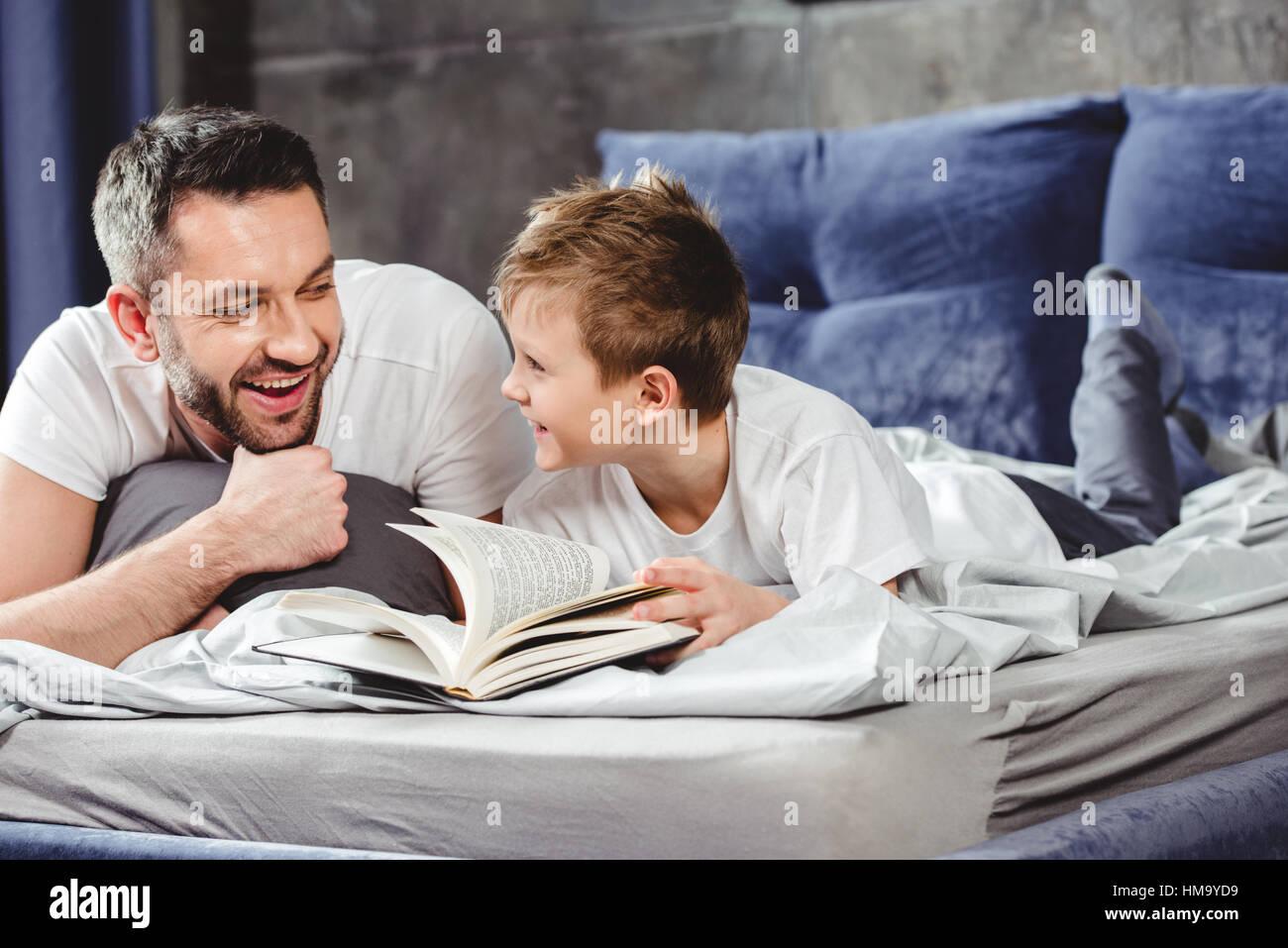 Père et fils reading book Photo Stock
