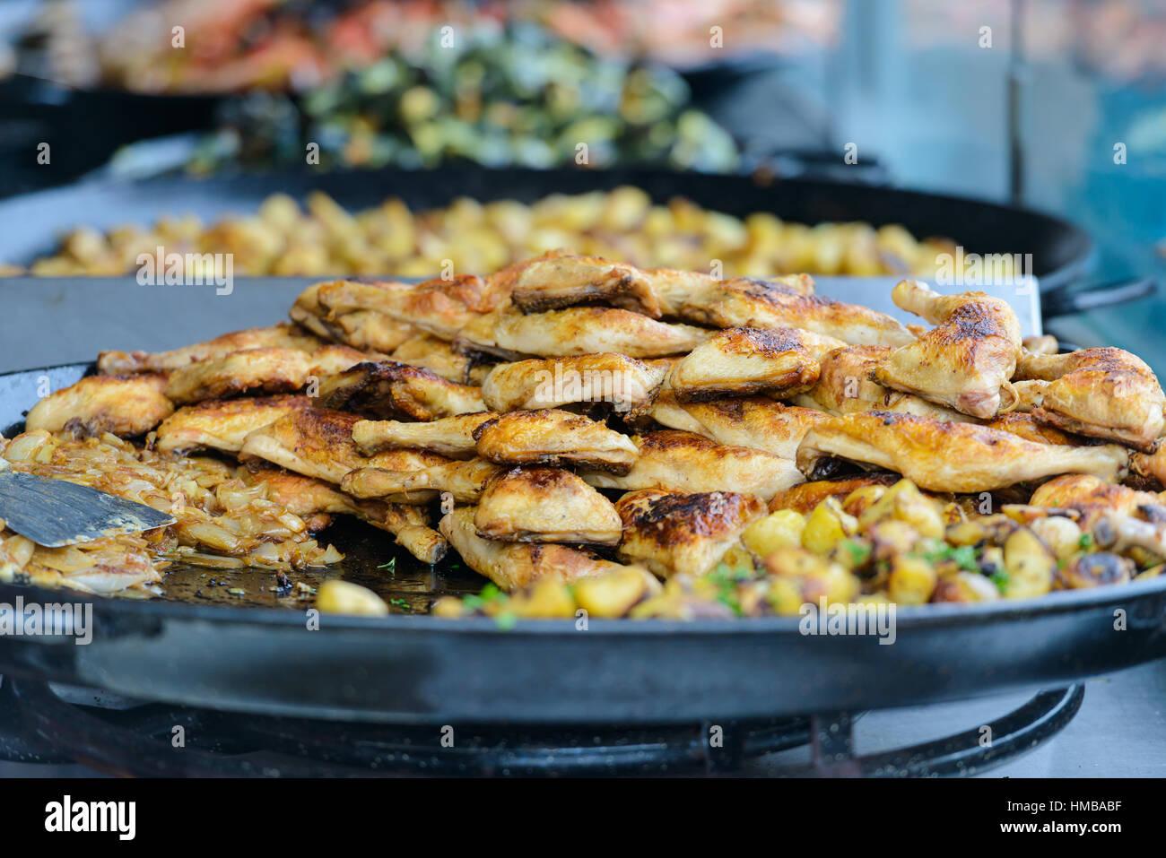 Un grand plat de cuisses de poulet frit sur un stand en Charente-Maritime sur la côte sud-ouest de la France Photo Stock