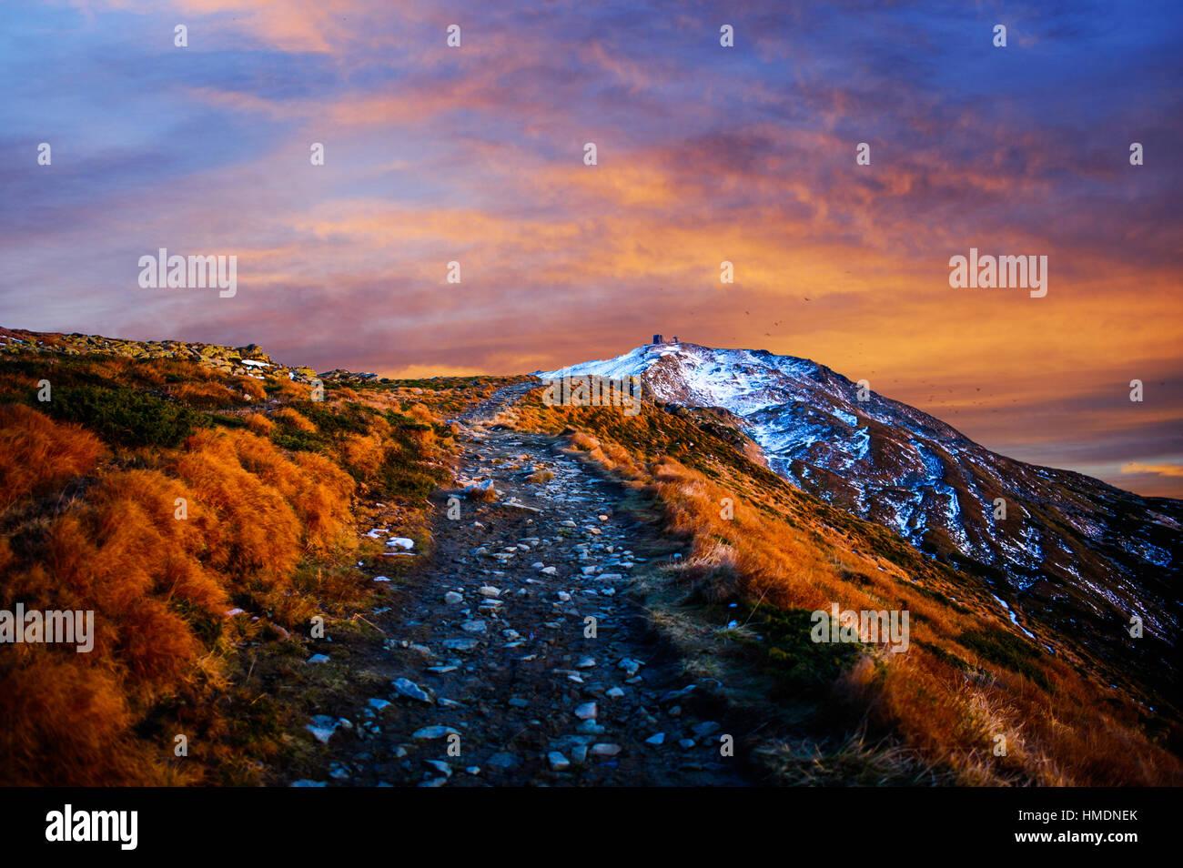 Magnifique coucher de soleil dans les montagnes de l'Ukraine Photo Stock