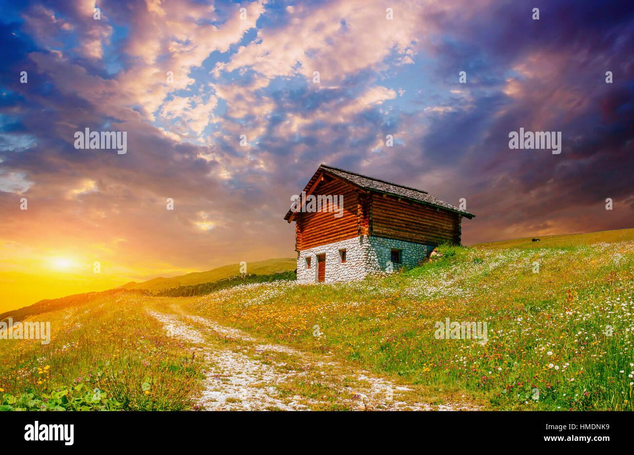 Maison de montagne au coucher du soleil Photo Stock