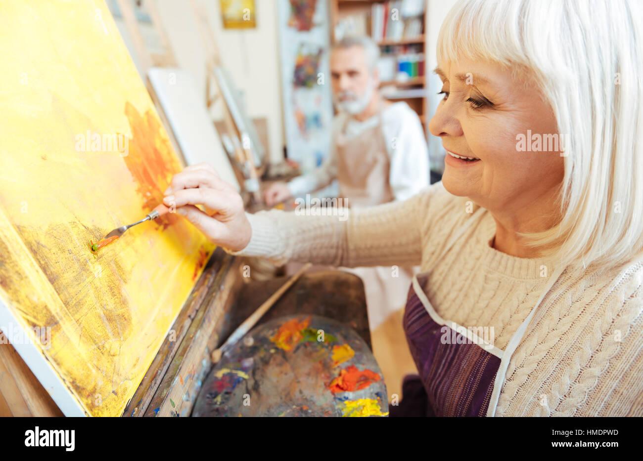 Artiste féminine de son temps en classe de peinture Banque D'Images