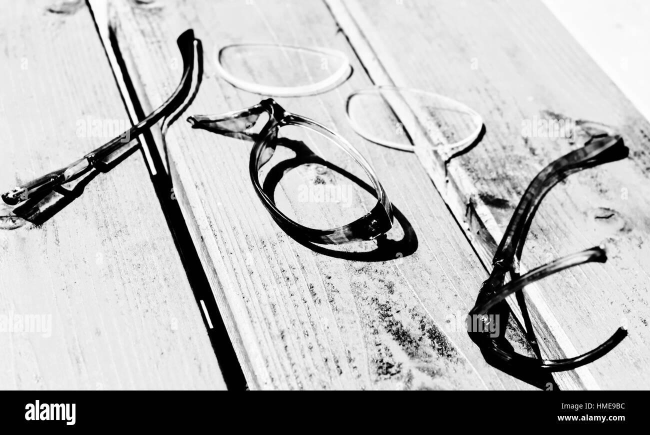 Bureau Noir Et Blanc verres plastique casse sur un bureau en bois en noir et