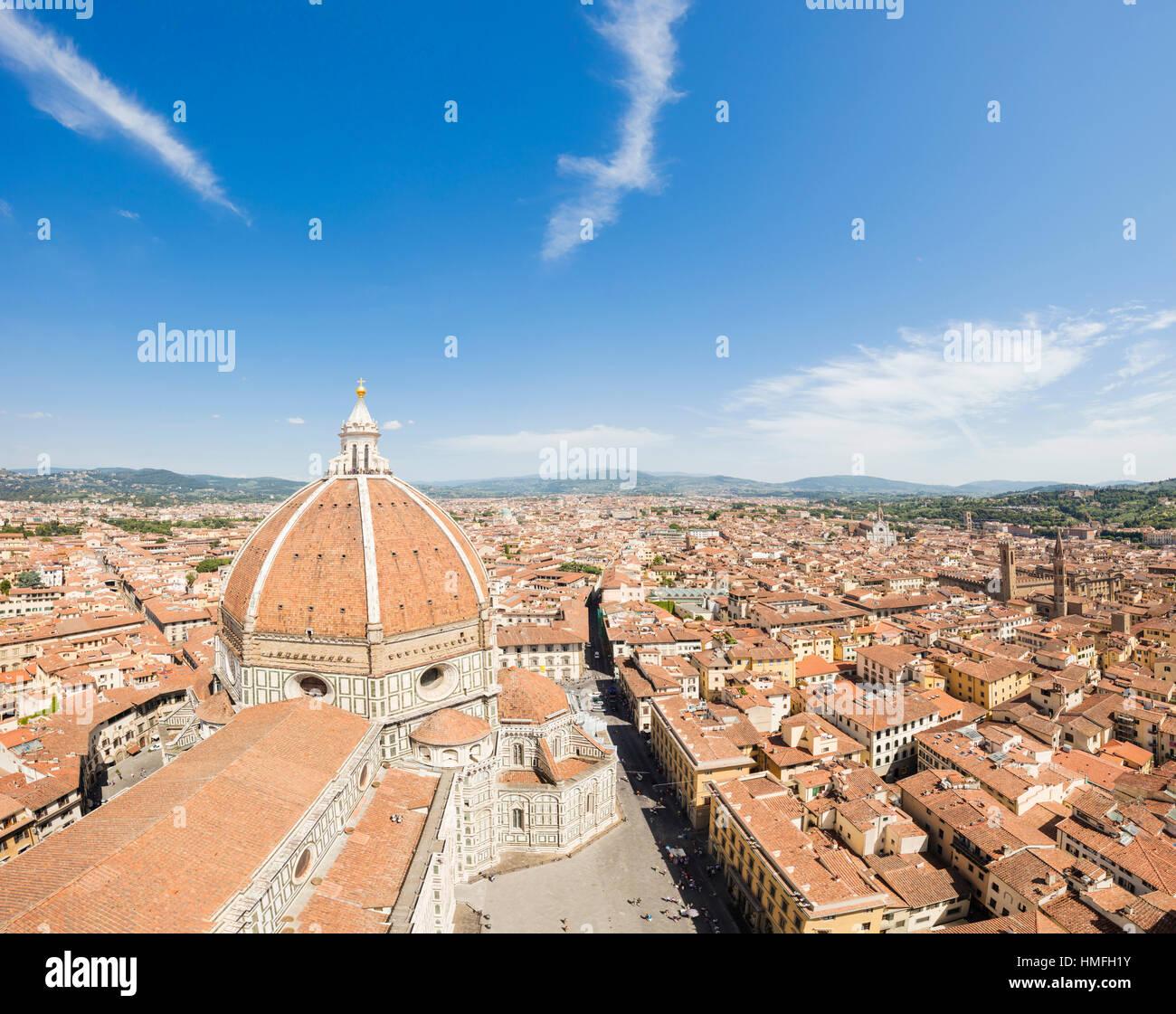 Vue sur la vieille ville de Florence avec le Duomo di Firenze et la coupole de Brunelleschi à l'avant-plan, Photo Stock
