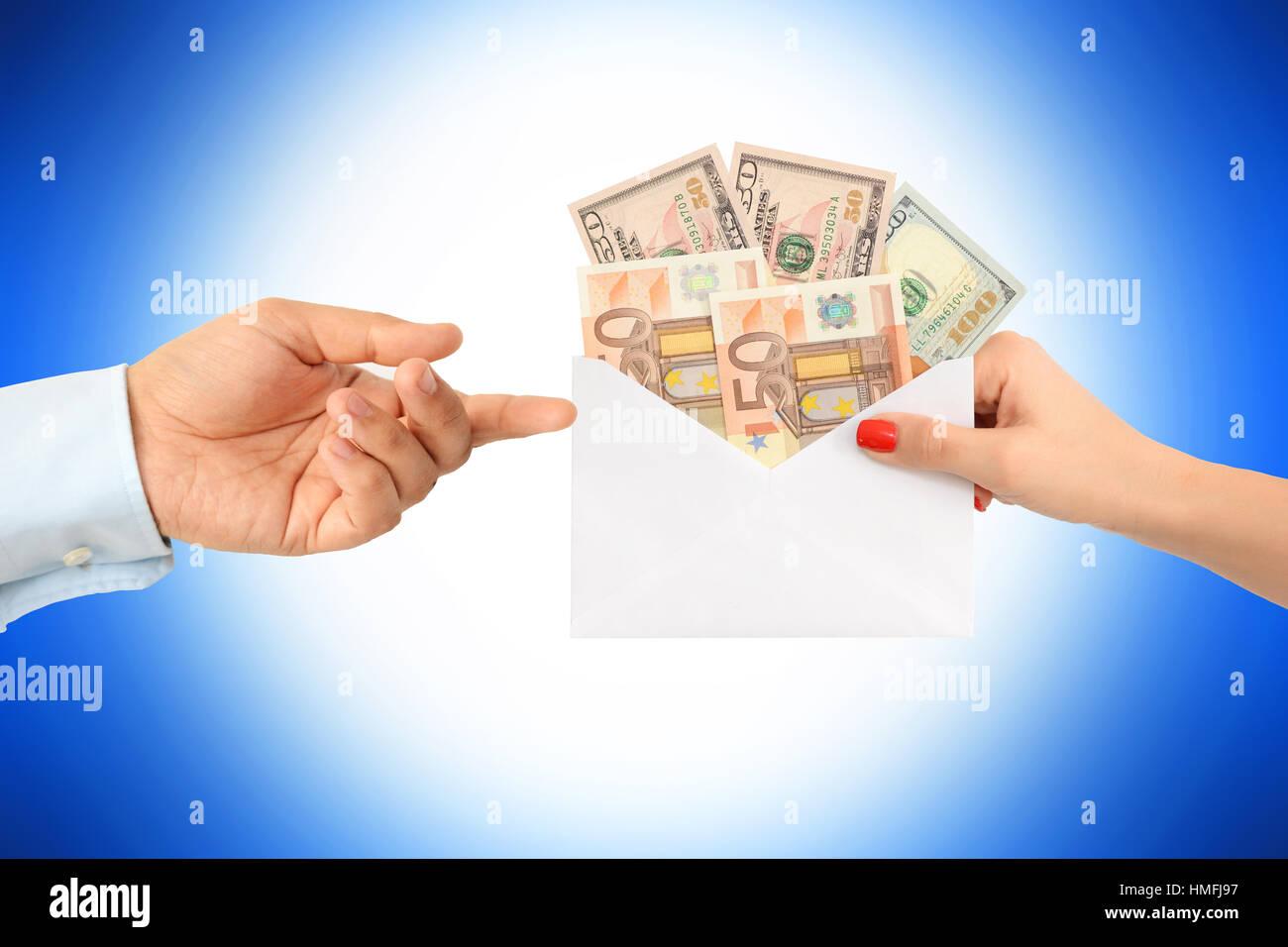 Donner une enveloppe d'argent à un homme d'affaires comme un pot ou une récompense financière Banque D'Images
