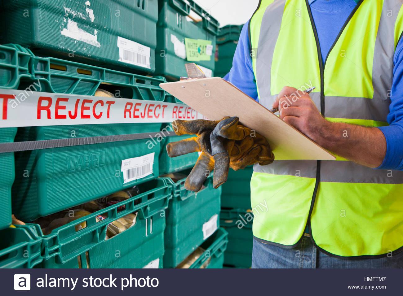 Travailleur ayant refusé de produire dans la transformation des aliments Warehouse Photo Stock