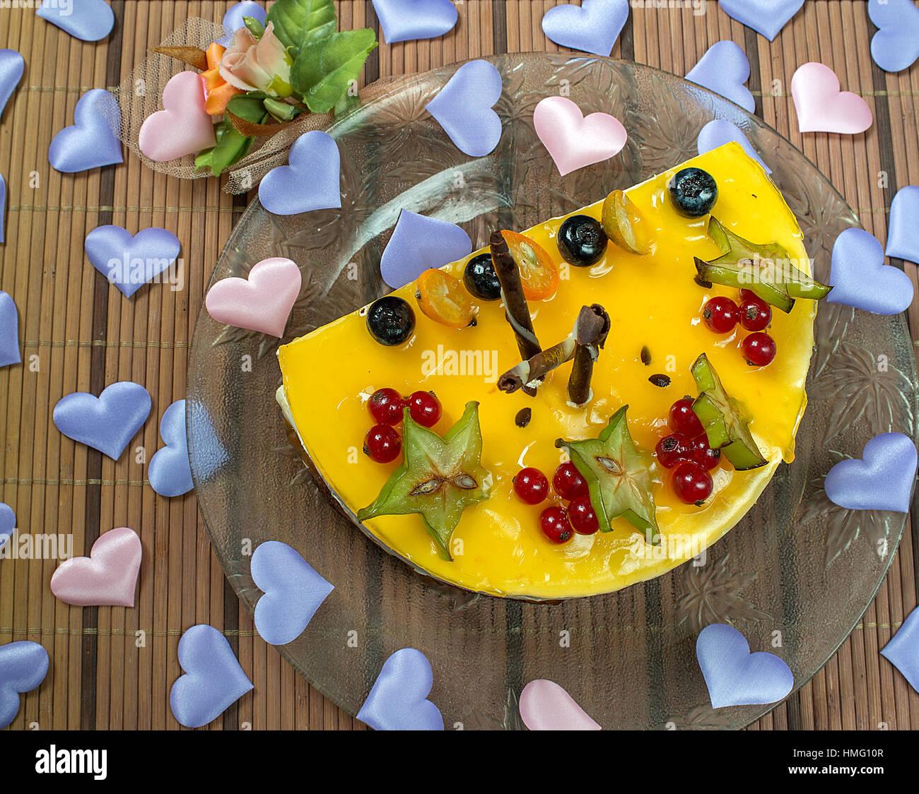 Valentine's Cheesecake aux fruits rouges et le cœur Photo Stock