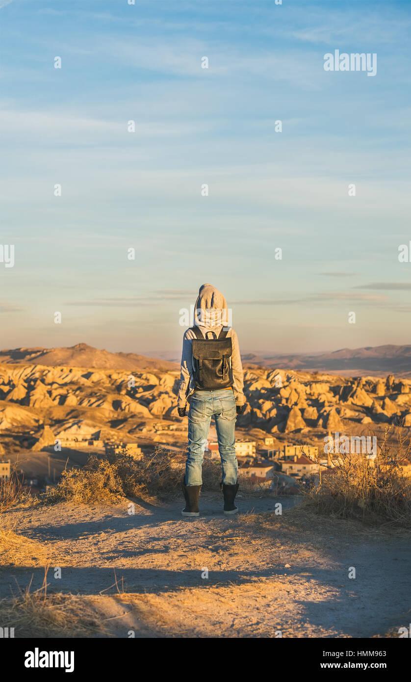 Jeune femme debout et regarder le lever du soleil, la Cappadoce, Turquie Centrale Photo Stock