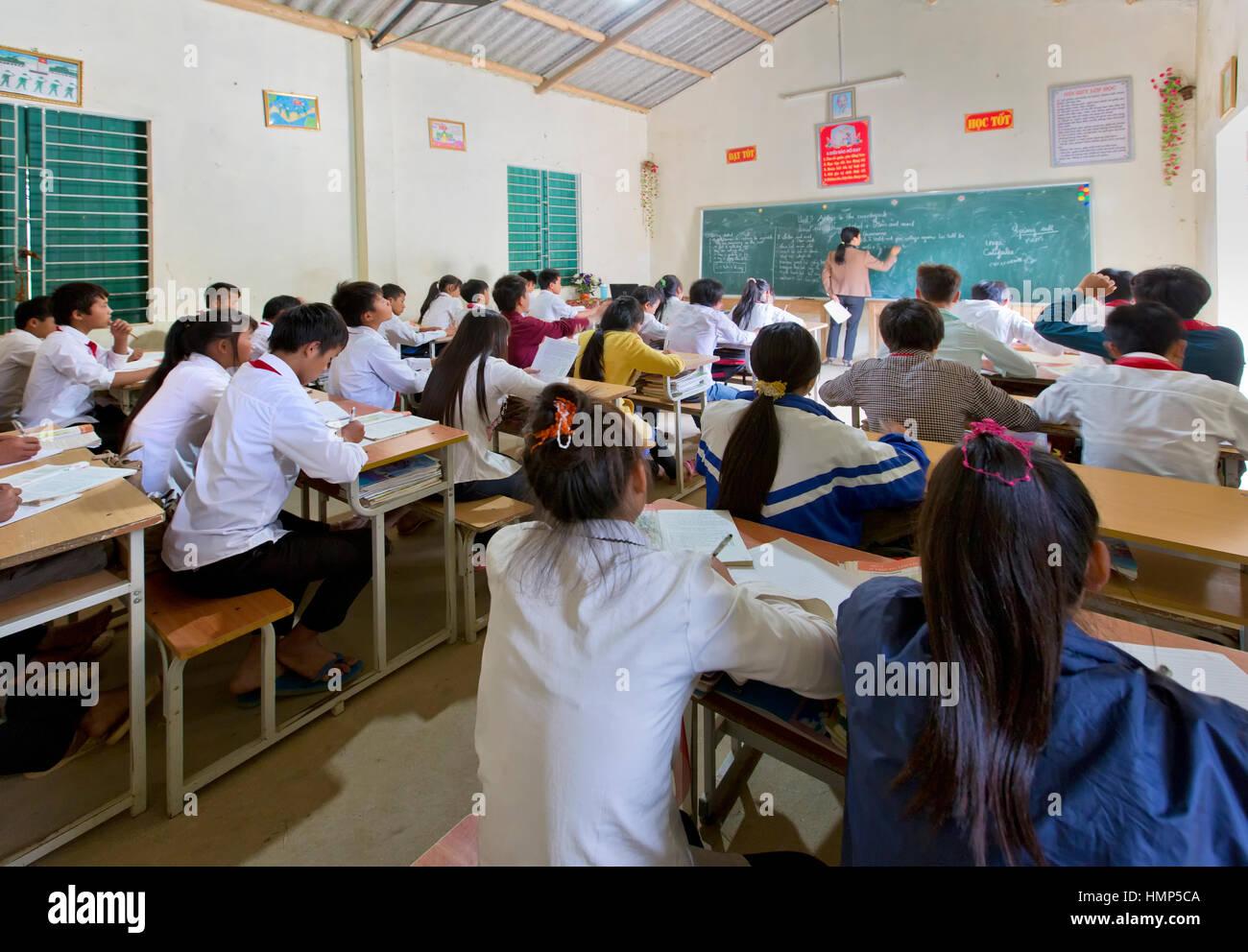 Une enseignante et une classe d'anglais, les élèves de l'école moyenne d'environ 15 ans. Photo Stock