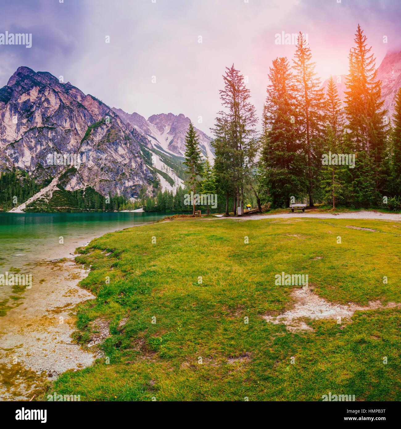 Lac de montagne entre par des montagnes Photo Stock