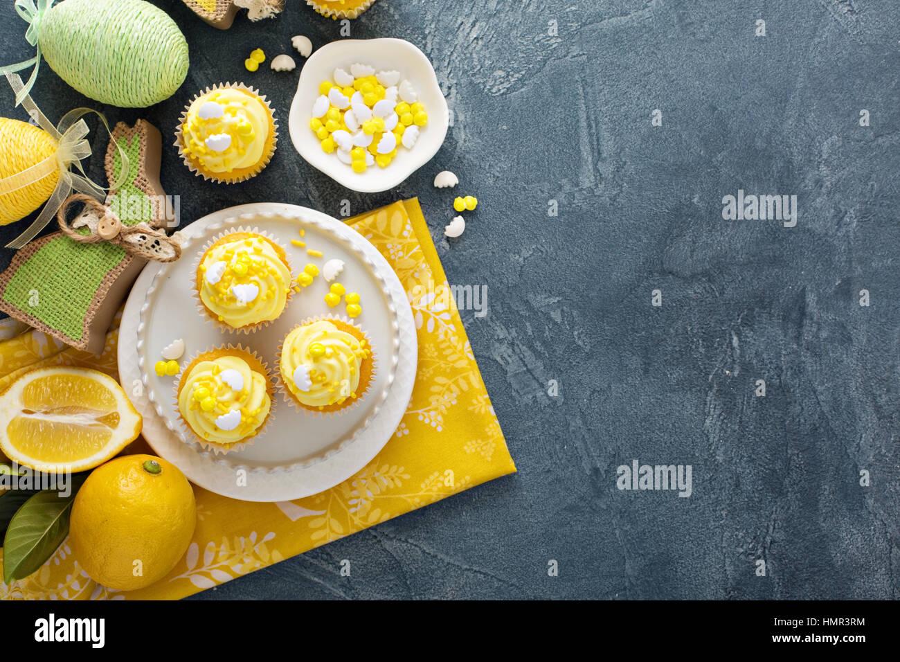 Cupcakes avec glaçage jaune citron pour Pâques Photo Stock