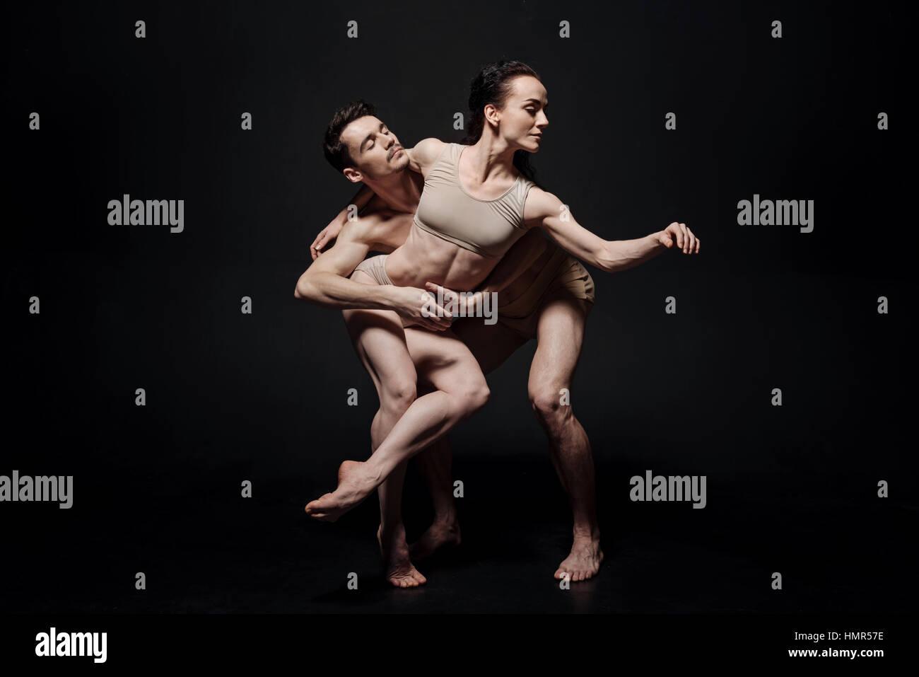 Les danseurs enthousiastes agissant ensemble dans le studio Photo Stock