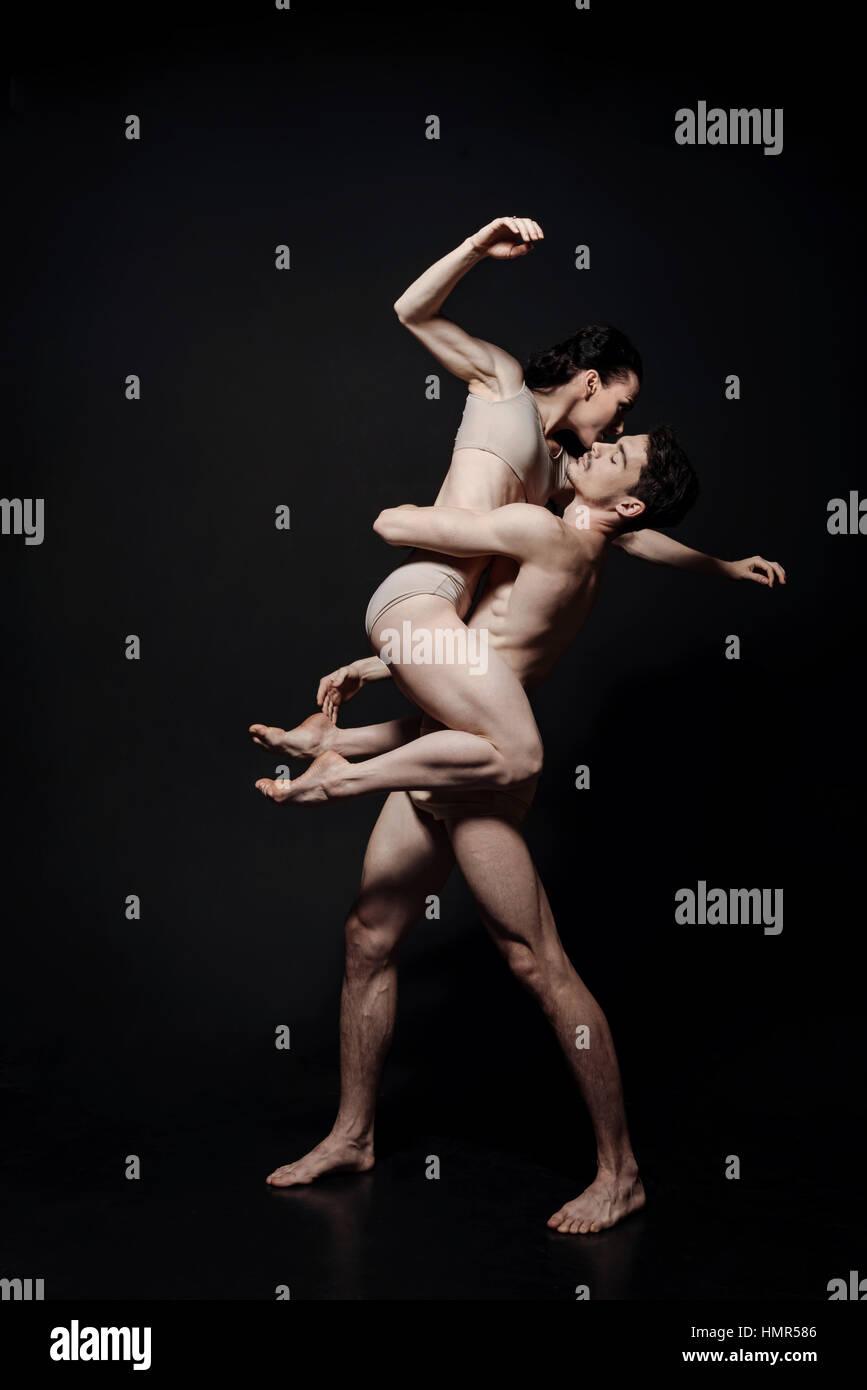 Les jeunes interprètes charismatiques danser dans le studio de couleur noir Photo Stock