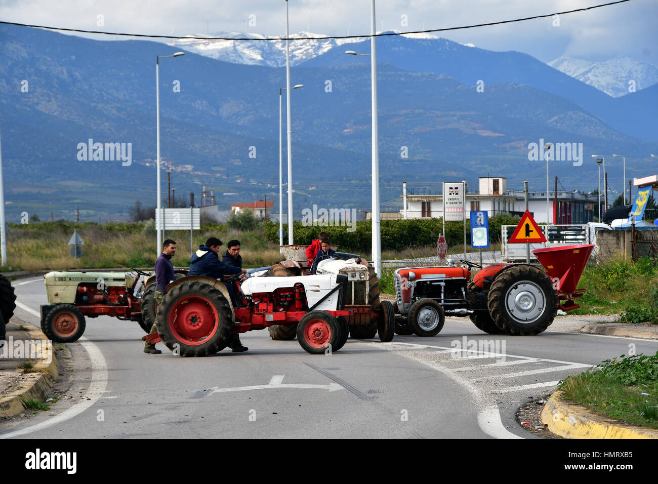 Les agriculteurs et les éleveurs d'Argolide, dans le Péloponnèse, l'est fait un bloc de deux heures de route Corinthe - Argos en hauteur de la rivière Inachos érigée et le blocus des agriculteurs et éleveurs dans la région, dimanche 5 février 2017 Banque D'Images