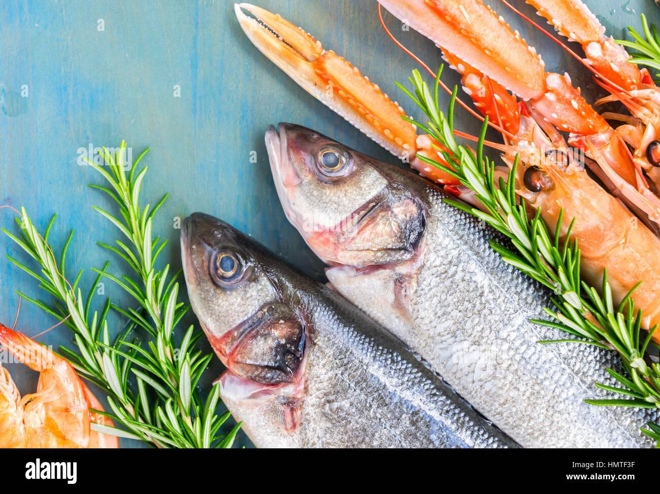 Des fruits de mer sur fond bleu Photo Stock
