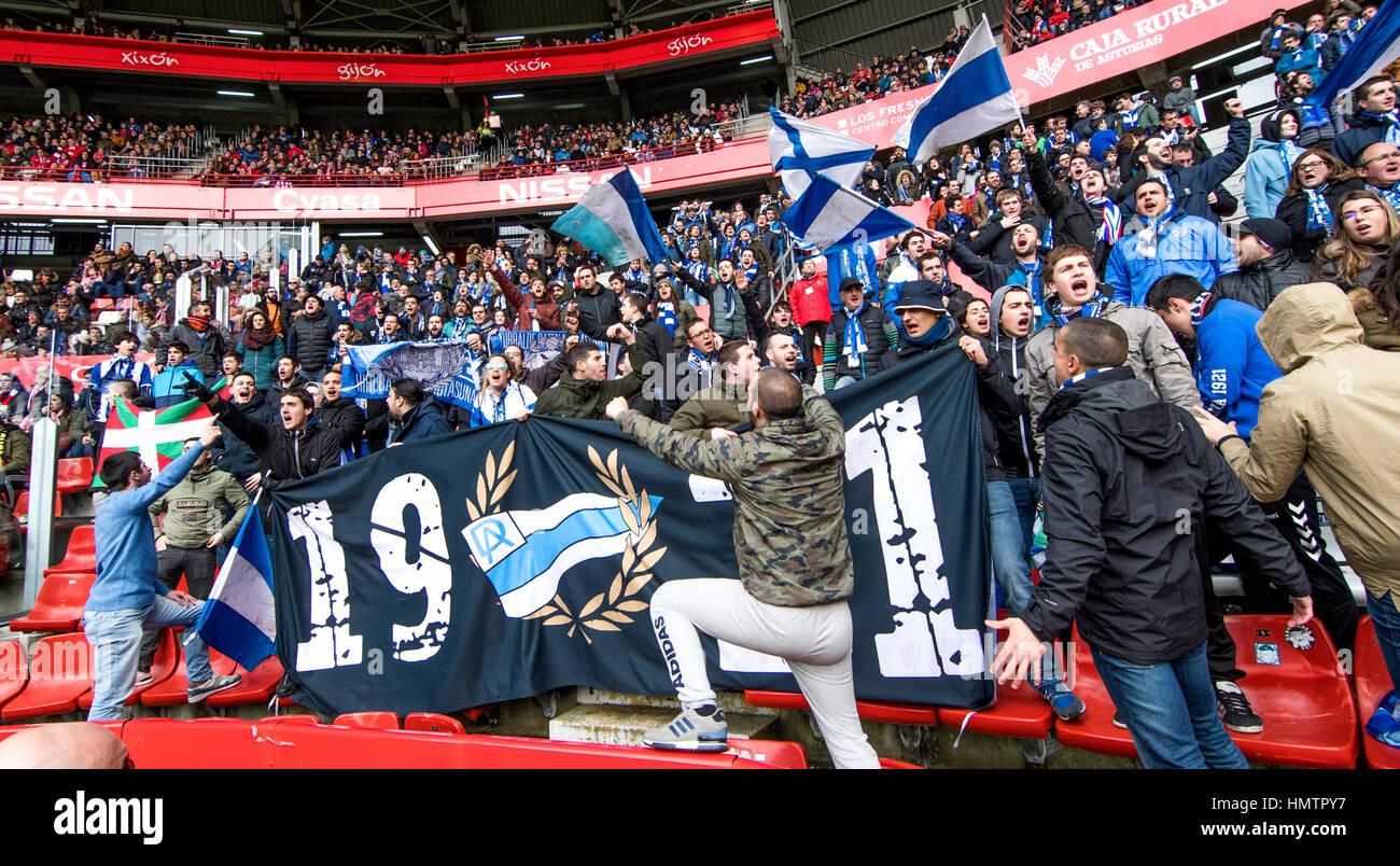 Gijon, Espagne. Le 05 février, 2017. Les partisans de l'Alaves cheer leur équipe pendant le 21e match Photo Stock