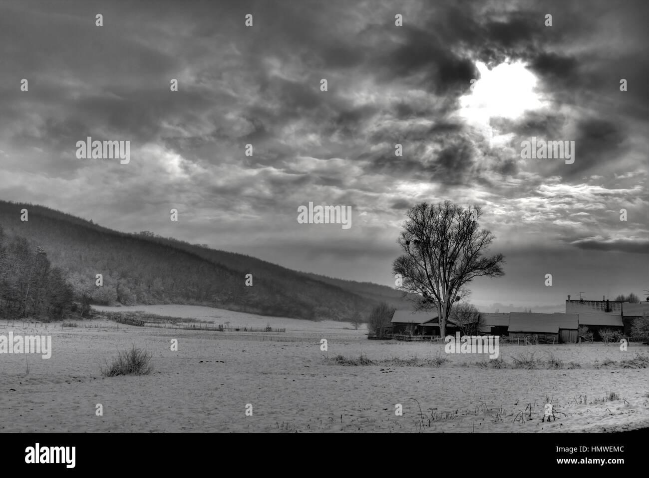 B/W photo de ciel dramatique, et les rayons du soleil à travers les nuages Photo Stock