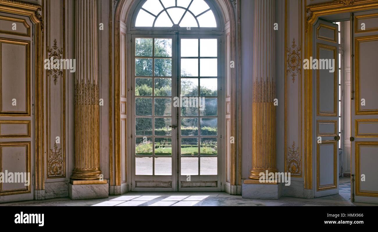 A L Or Et Gris Prix Qui Donne Aux Jardins Du Chateau De Versailles