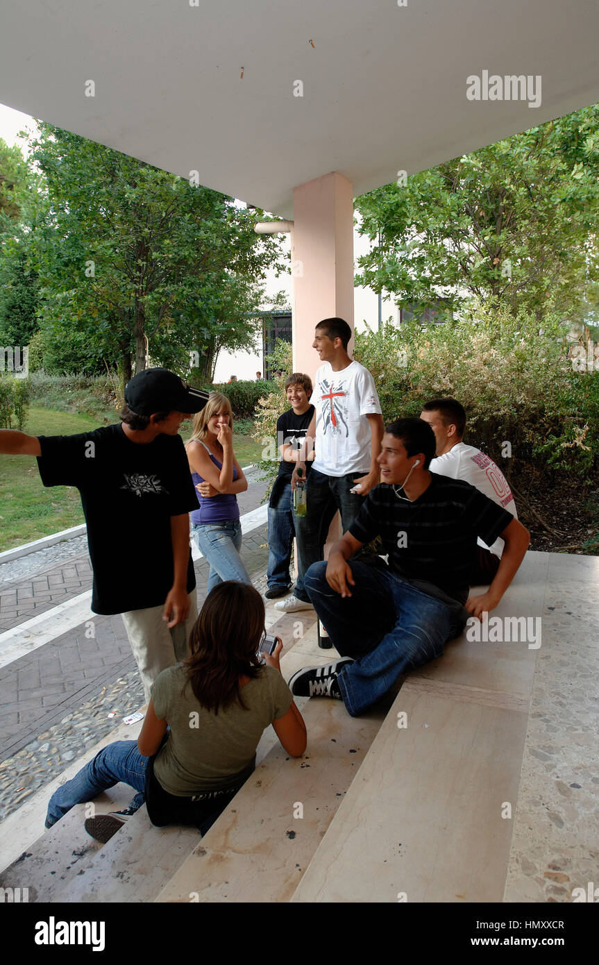 Groupe d'adolescents avec une bouteille de vin © Crédit Luigi Innamorati/Sintesi/Alamy Stock Photo Photo Stock