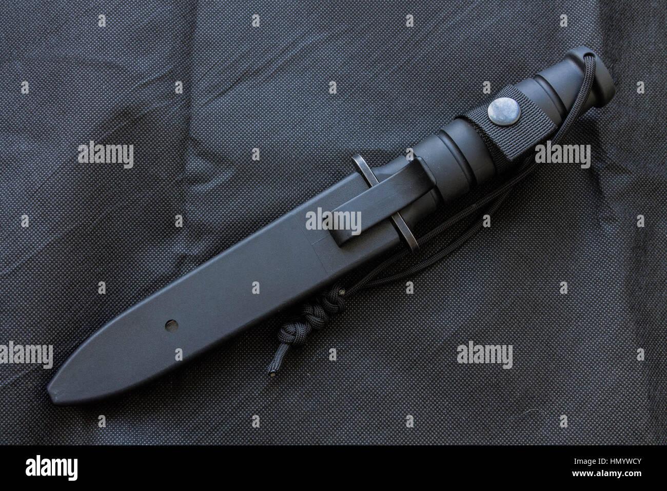 Knifea tactique cas. Couteau noir sur fond noir pour l'armée. Photo Stock