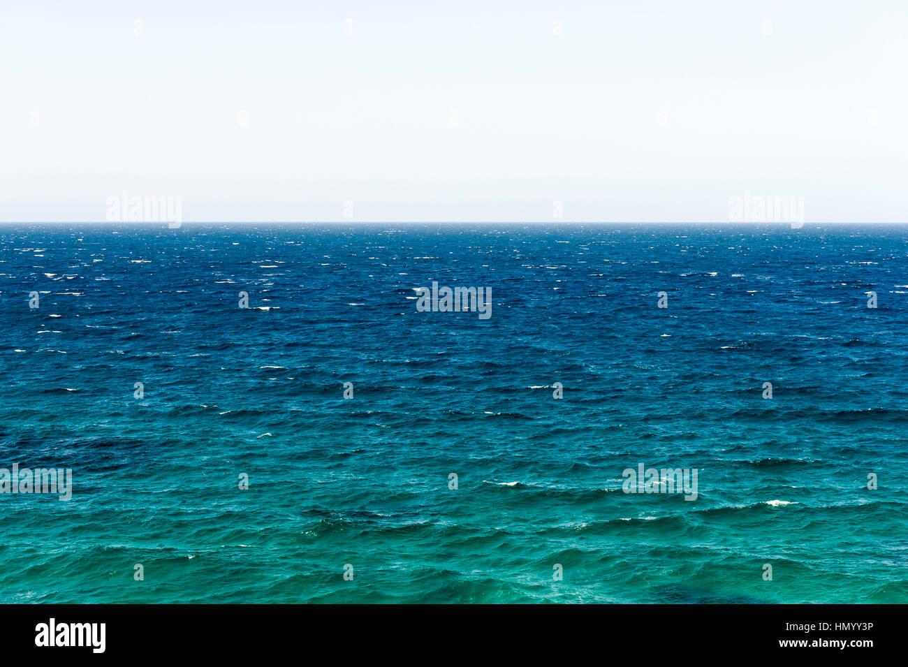 La surface par le vent et l'horizon d'un océan turquoise. Photo Stock