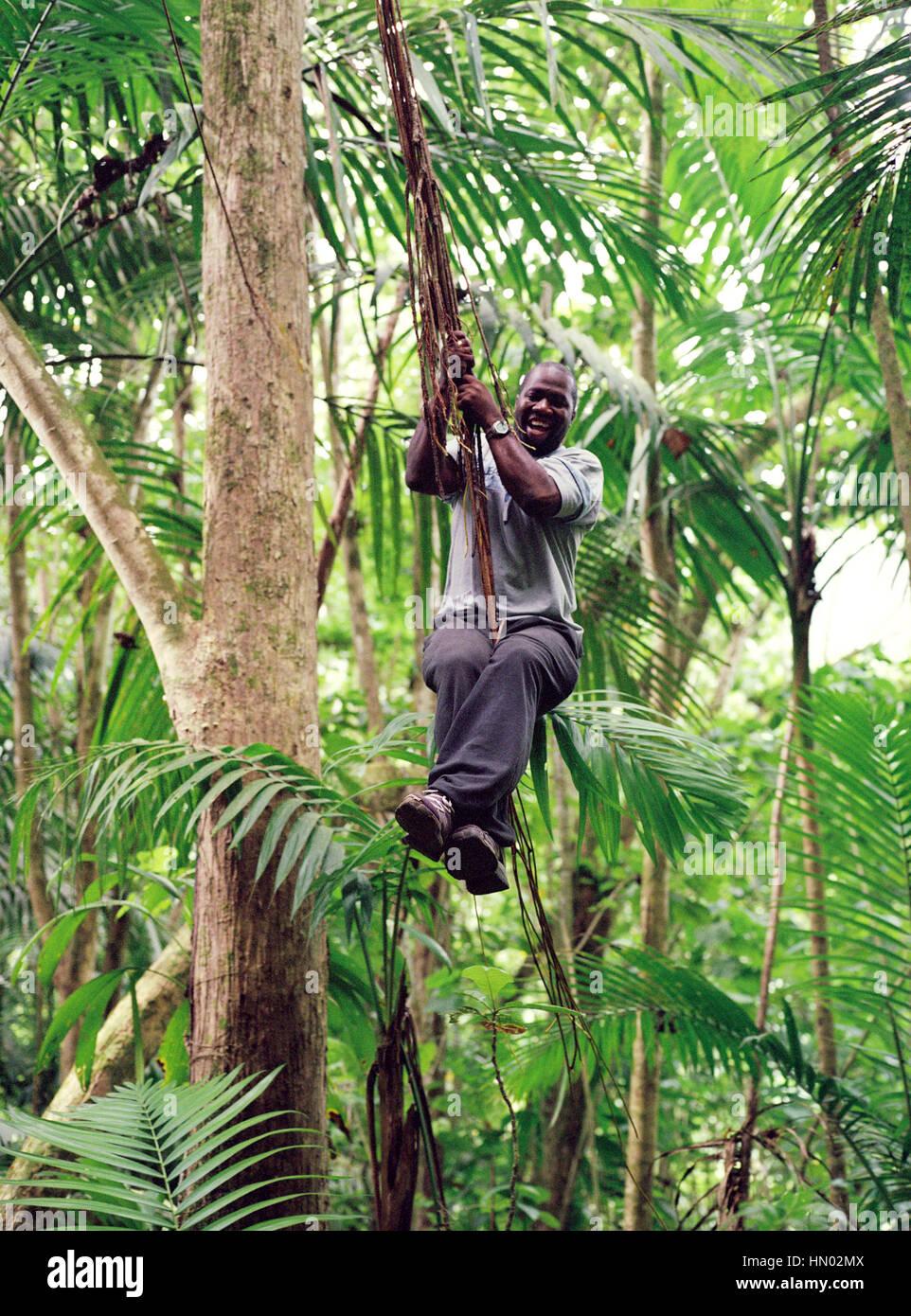 Ministère des Terres et Forêts Rhikkie guide Alexander balançant d'vignes le long du sentier Photo Stock