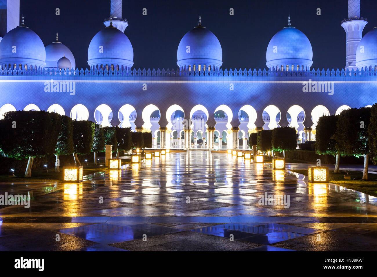 La Grande Mosquée Sheikh Zayed est éclairée la nuit. Abu Dhabi, Emirats Arabes Unis, Moyen Orient Photo Stock