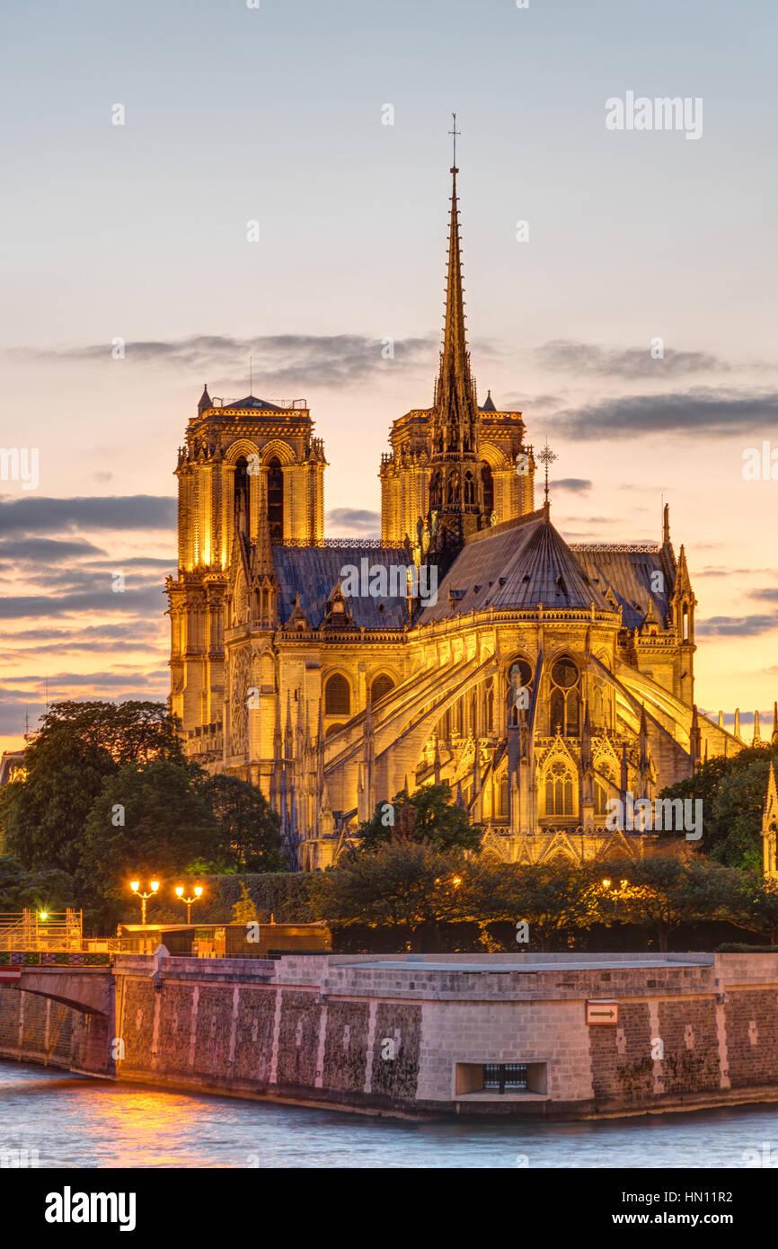 La cathédrale de Notre-Dame de Paris au coucher du soleil Photo Stock