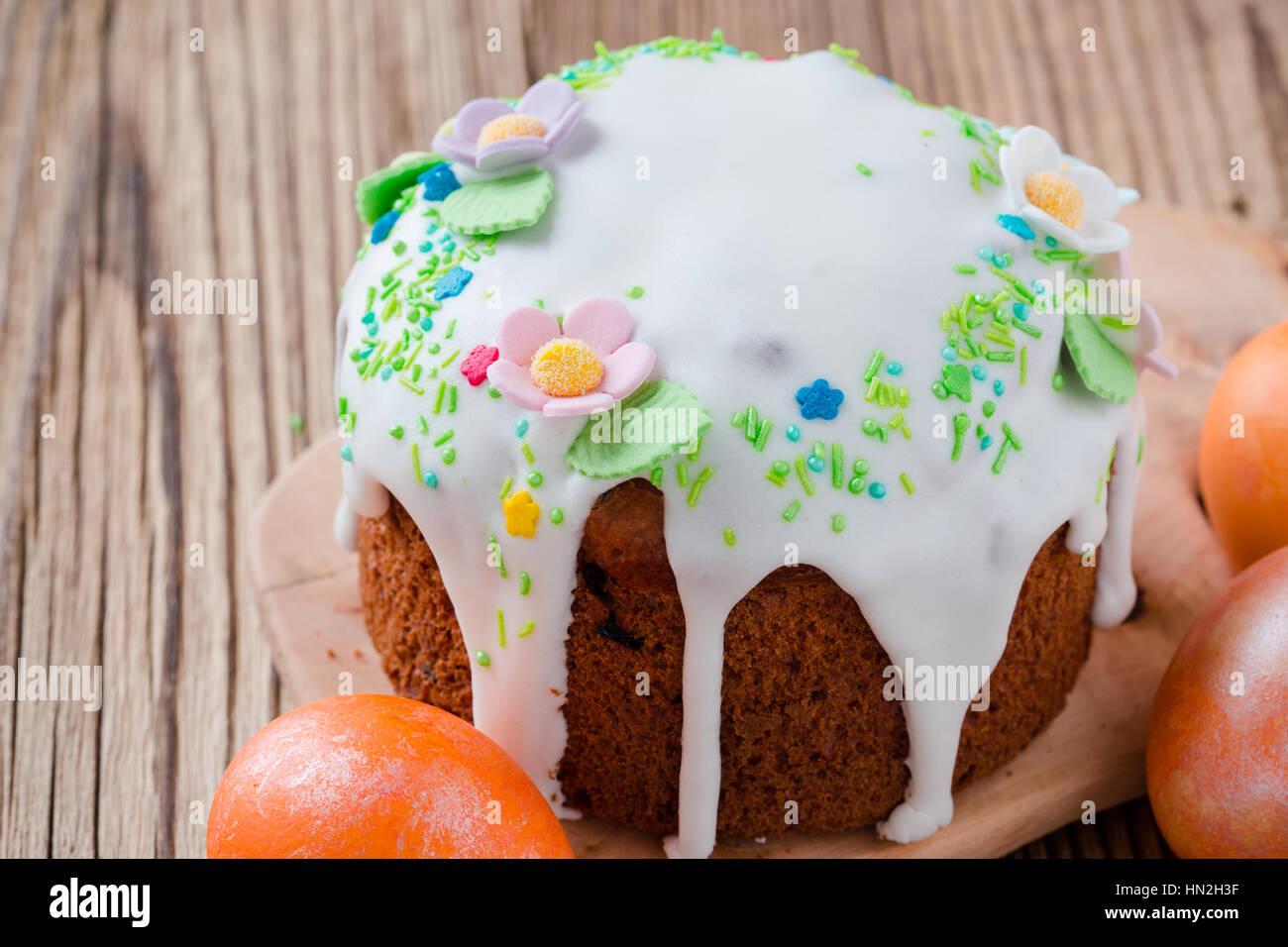 Gâteau de Pâques maison au décor et peint les oeufs de pâques sur table en  bois traditionnel, rural kulich russe
