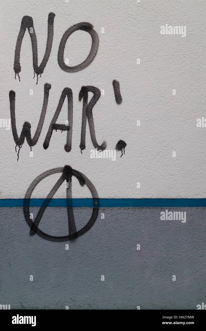 Graffiti sur un bâtiment dit pas de guerre, avec le symbole de l'anarchie Photo Stock